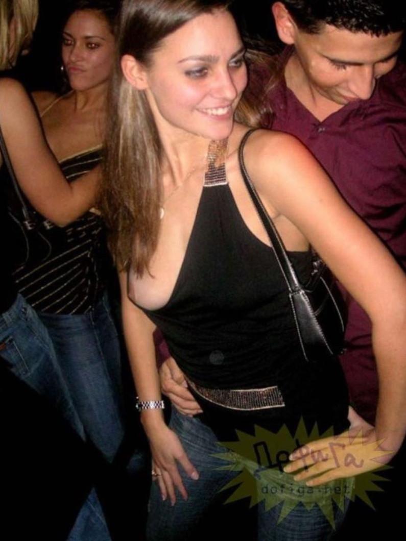 【素人ポロリ画像】胸ちらどころか乳首まで見えちゃってる素人さん達w 18