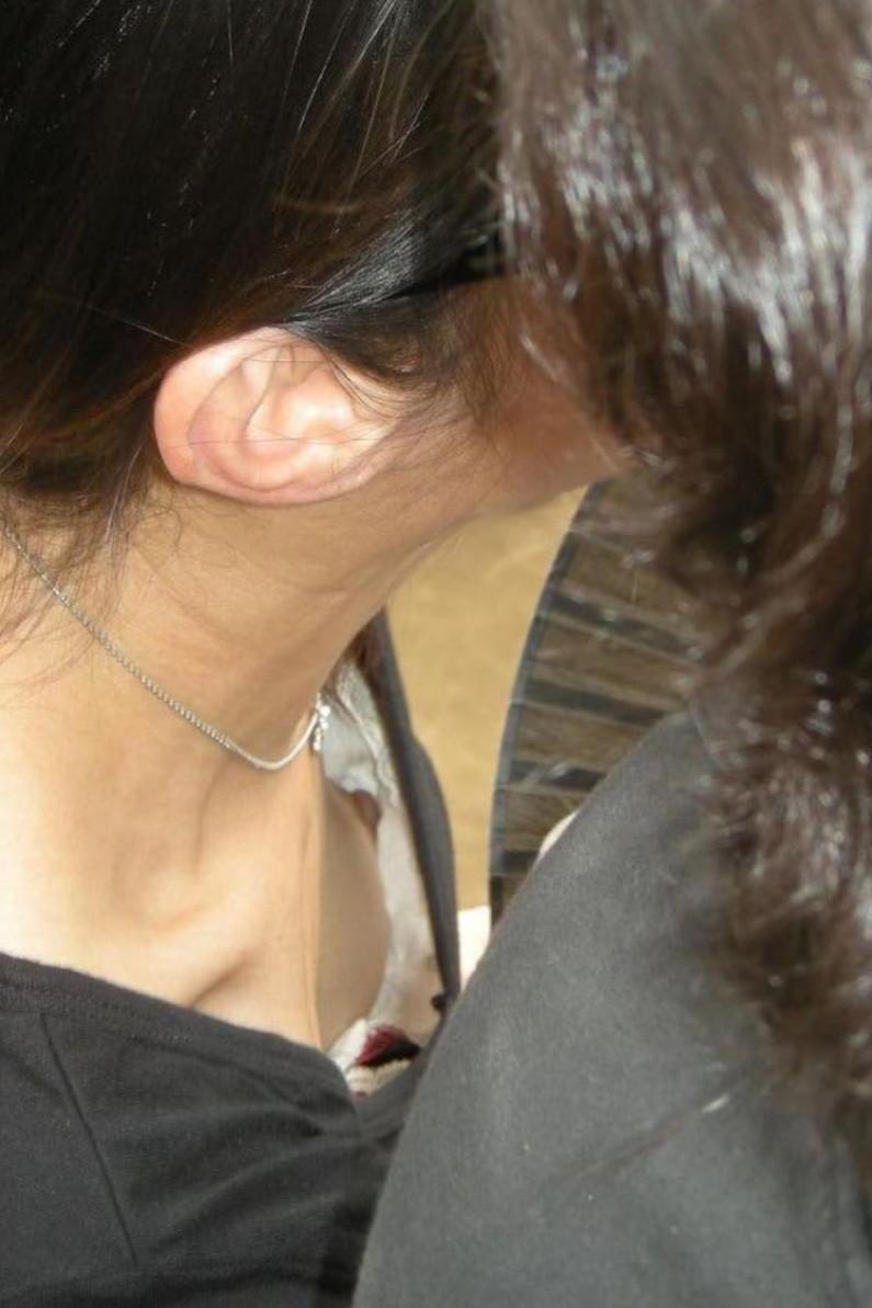 【素人ポロリ画像】胸ちらどころか乳首まで見えちゃってる素人さん達w 20