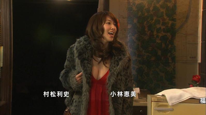 【胸ちらキャプ画像】エロい谷間をテレビで見せつけてくるタレント達w 08