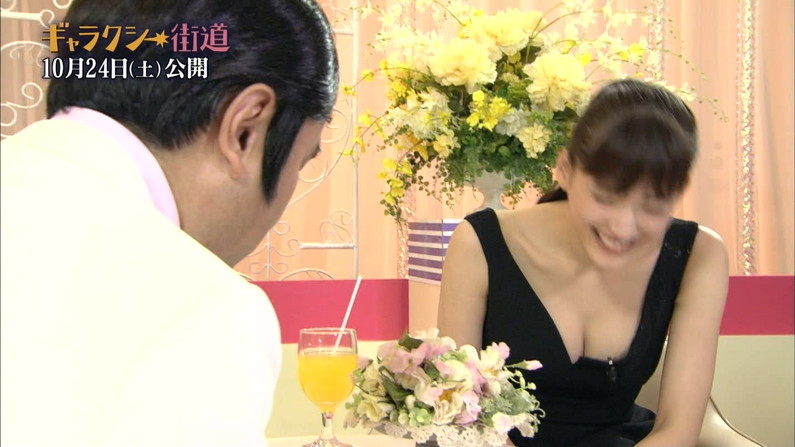 【胸ちらキャプ画像】エロい谷間をテレビで見せつけてくるタレント達w 14