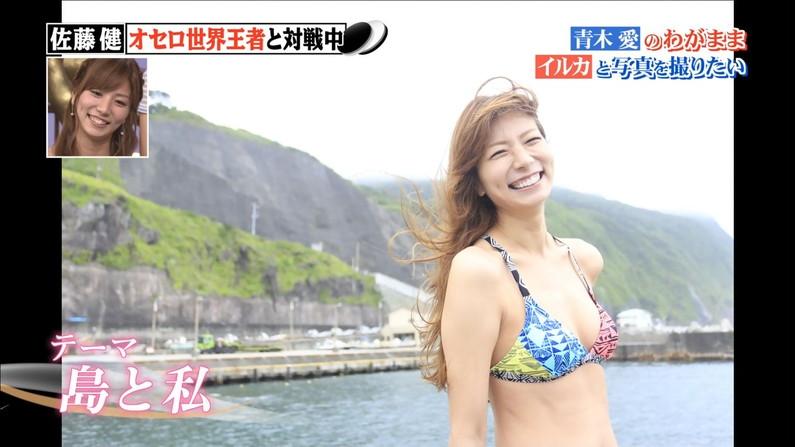 【水着キャプ画像】巨乳タレントのハミ乳しまくりの水着オッパイってやっぱりエロいなw