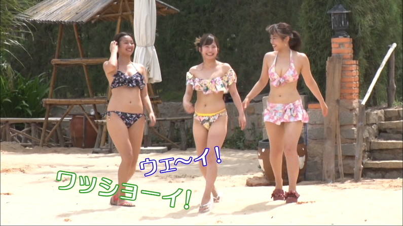 【水着キャプ画像】巨乳タレントのハミ乳しまくりの水着オッパイってやっぱりエロいなw 08