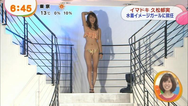 【水着キャプ画像】巨乳タレントのハミ乳しまくりの水着オッパイってやっぱりエロいなw 11