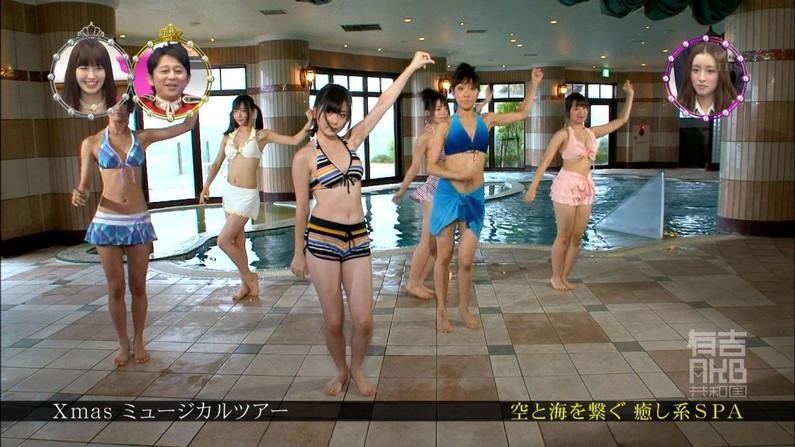 【水着キャプ画像】水着姿のタレント達がオッパイこぼれそうでやばいww 19
