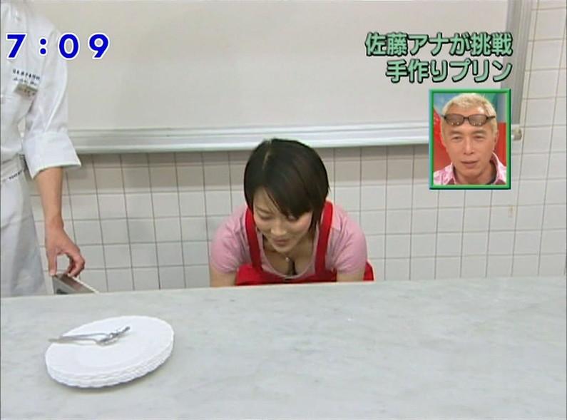 【胸ちらキャプ画像】テレビでやたらと胸ちらして見せるタレント達w 16
