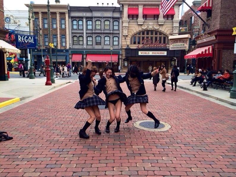 【パンチラハプニング画像】突然の突風でJKの無防備なスカートがめくれ上がるww