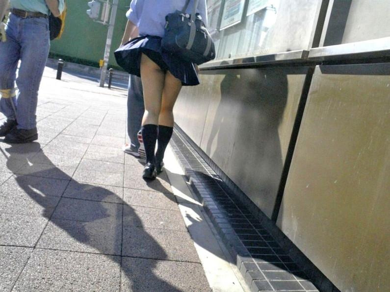 【パンチラハプニング画像】突然の突風でJKの無防備なスカートがめくれ上がるww 04