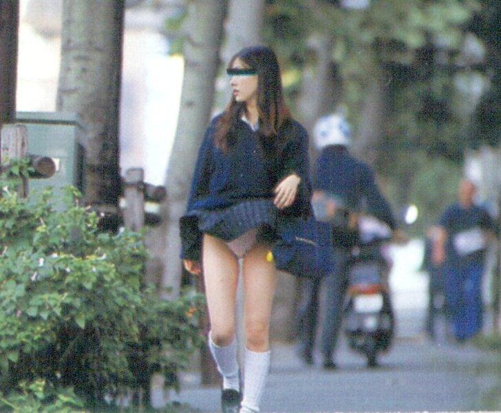 【パンチラハプニング画像】突然の突風でJKの無防備なスカートがめくれ上がるww 09