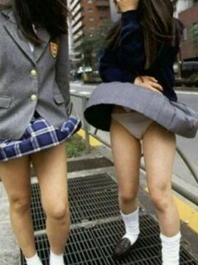 【パンチラハプニング画像】突然の突風でJKの無防備なスカートがめくれ上がるww 15
