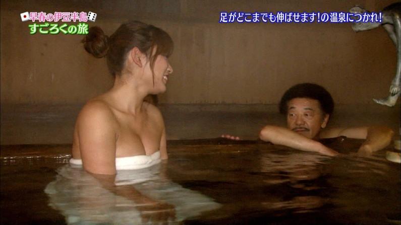 【温泉キャプ画像】もぉちょっとバスタオル下げてほしい巨乳タレントの温泉レポw