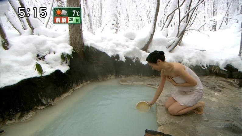 【温泉キャプ画像】人気アイドルまでがバスタオル一枚でテレビに出て温泉レポしてるぞw 06
