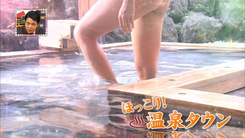【温泉キャプ画像】人気アイドルまでがバスタオル一枚でテレビに出て温泉レポしてるぞw 07