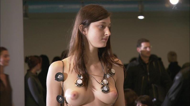 【放送事故画像】乳首まで丸出しでテレビに映る美女達のオッパイエロすぎw 10