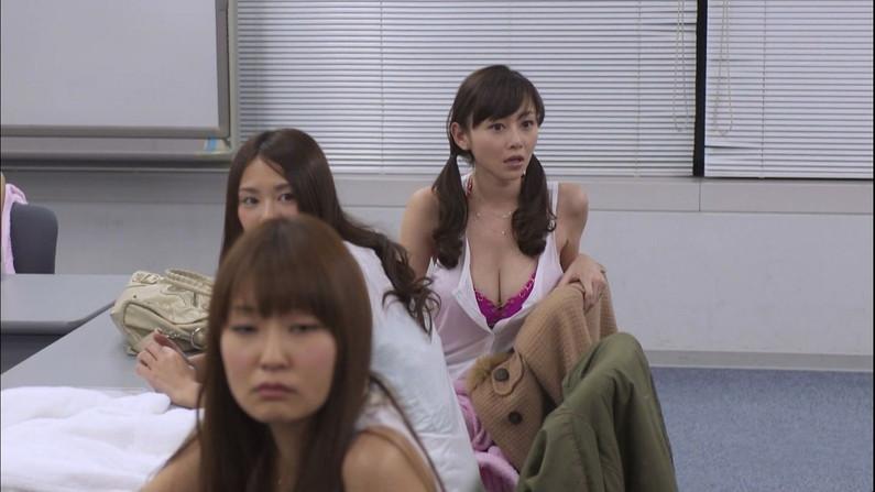 【胸ちらキャプ画像】やっぱタレントさんの胸ちら素人とは一味違いますよねw 24