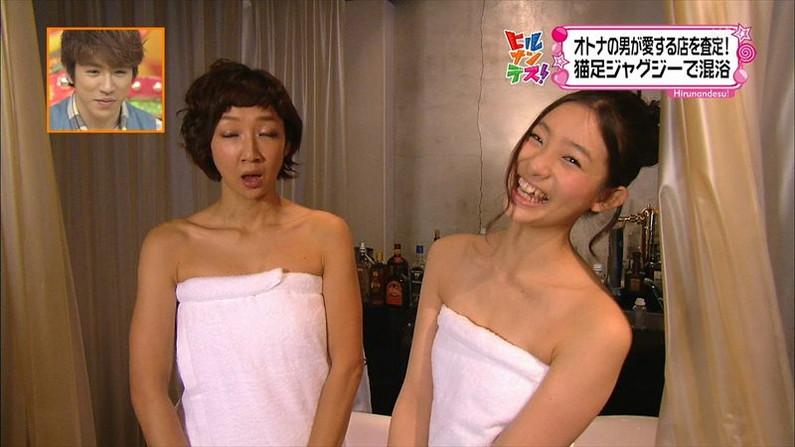 【温泉キャプ画像】乳房はみ出しまくりで温泉レポするタレント達ww 10