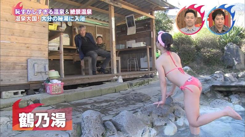 【お尻キャプ画像】テレビに映った水着美女達のハミケツ見放題ww 24