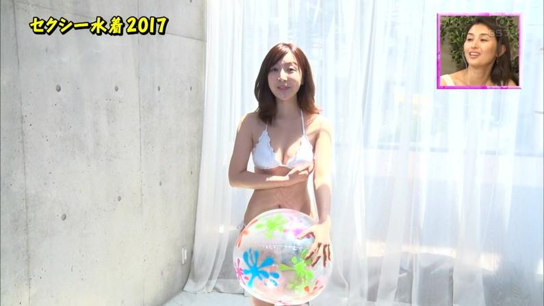 【水着キャプ画像】テレビでビキニ着た美女達のオッパイがはみ出しそうになってるw 21