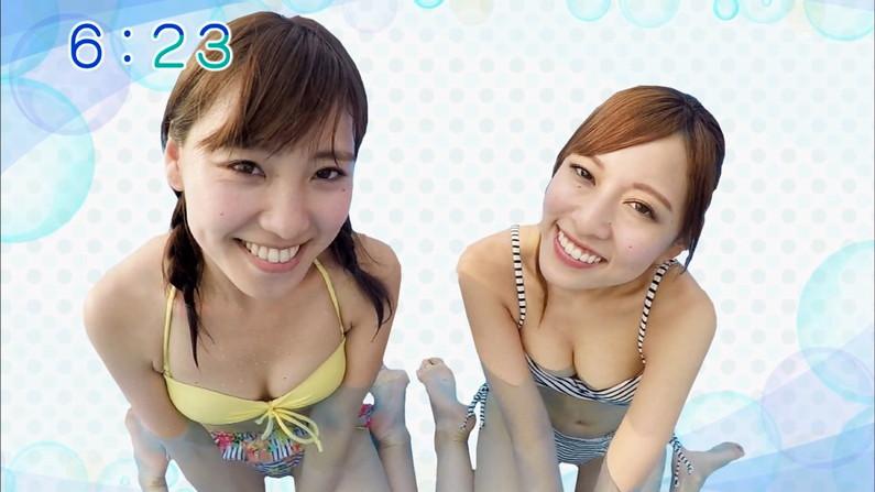 【水着キャプ画像】テレビでビキニ着た美女達のオッパイがはみ出しそうになってるw 22