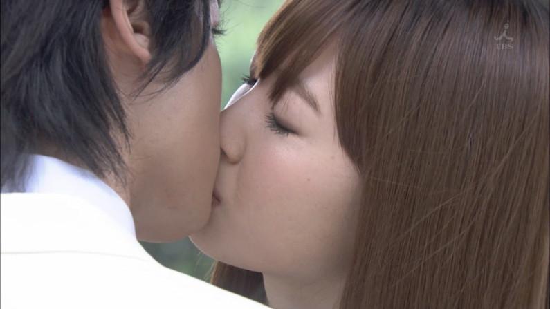 【キスキャプ画像】テレビ越しでもドキドキしちゃうタレントさん達のキス顔やキスシーンw 10