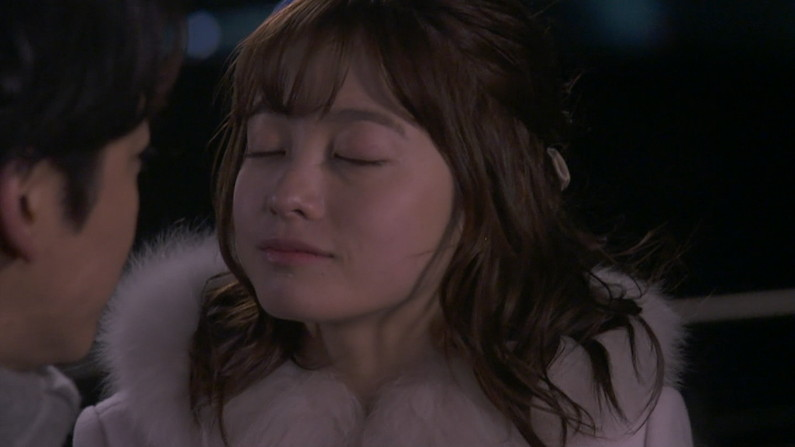 【キスキャプ画像】テレビ越しでもドキドキしちゃうタレントさん達のキス顔やキスシーンw 11