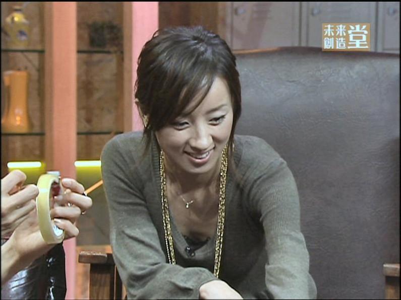 【胸チラキャプ画像】テレビに映ったエロい谷間の美女達w 03