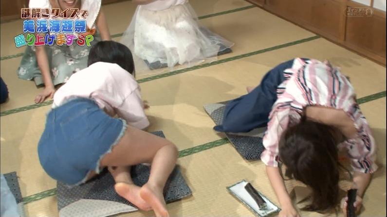 【足裏キャプ画像】こんな美女達の綺麗な足の裏で足こきして欲しくなるよなw 10