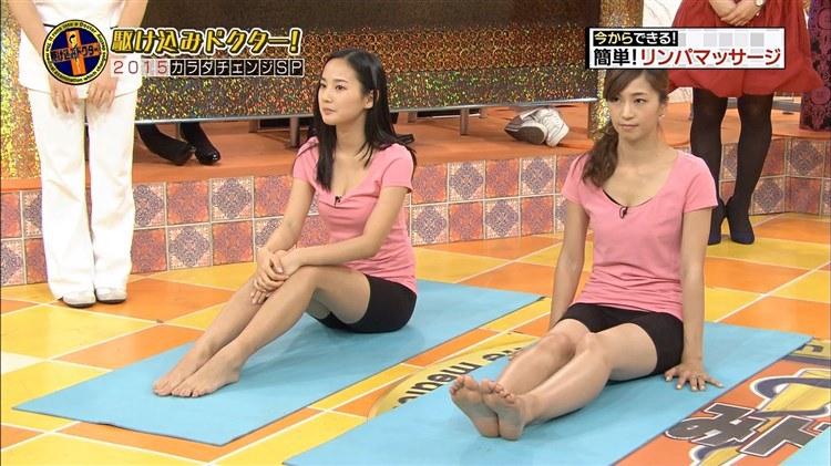 【足裏キャプ画像】こんな美女達の綺麗な足の裏で足こきして欲しくなるよなw 13
