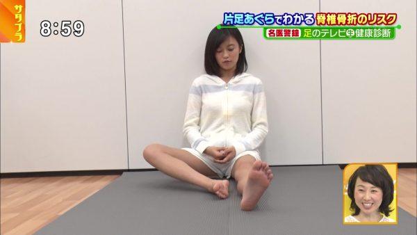 【足裏キャプ画像】こんな美女達の綺麗な足の裏で足こきして欲しくなるよなw 21