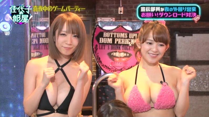 【水着キャプ画像】テレビに映るビキニ美女達のオッパイがこぼれそうww