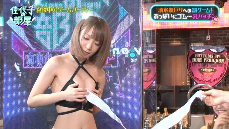 【水着キャプ画像】テレビに映るビキニ美女達のオッパイがこぼれそうww 01