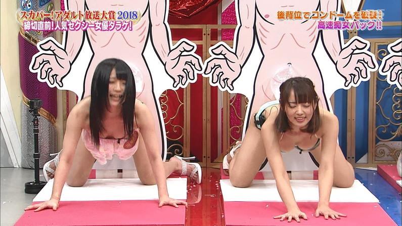 【水着キャプ画像】テレビに映るビキニ美女達のオッパイがこぼれそうww 18