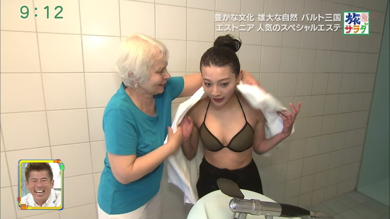 【水着キャプ画像】テレビに映るビキニ美女達のオッパイがこぼれそうww 23