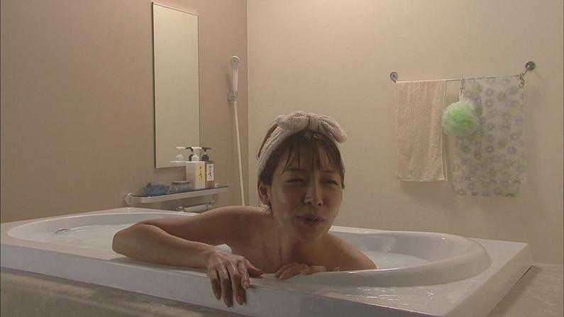 【温泉キャプ画像】タレント達の入浴シーンでハミ乳しまくりw 04