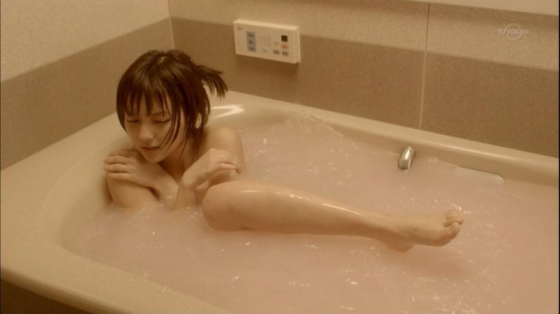 【温泉キャプ画像】タレント達の入浴シーンでハミ乳しまくりw 09