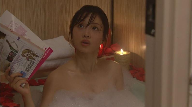 【温泉キャプ画像】タレント達の入浴シーンでハミ乳しまくりw 11
