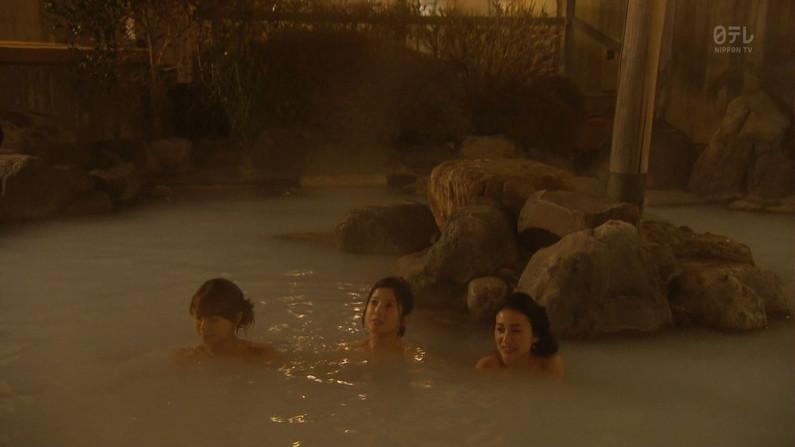 【温泉キャプ画像】タレント達の入浴シーンでハミ乳しまくりw 16