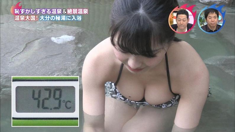 【水着キャプ画像】タレント達の乳房がはみ出しすぎなビキニオッパイw