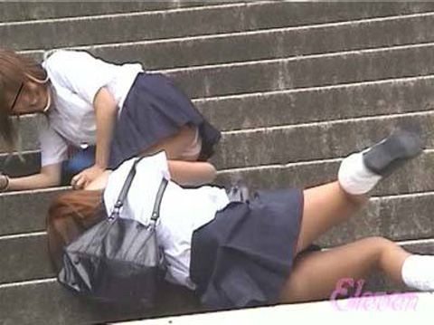 【ハプニングパンチラ画像】思いがけないハプニングでパンツ丸出しになっちゃった素人達w 16