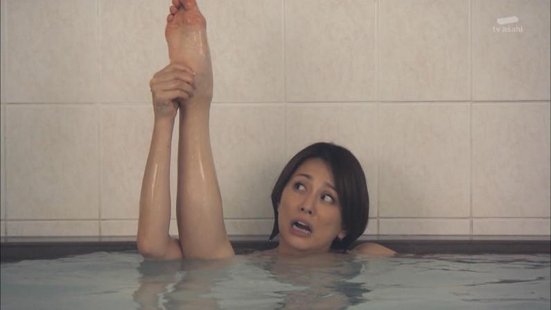 【足裏キャプ画像】こんな美人なタレントさんの足の裏で足こきされてみたいなw 18